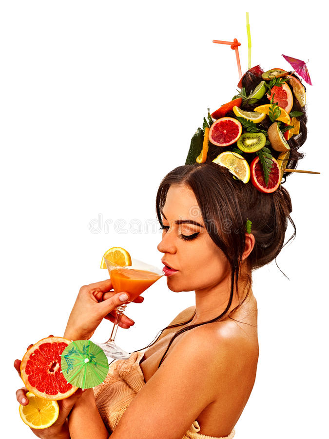 Ensalada de fruta de consumición de la muchacha en partido del verano La mujer da fruto peinado fotografía de archivo libre de regalías