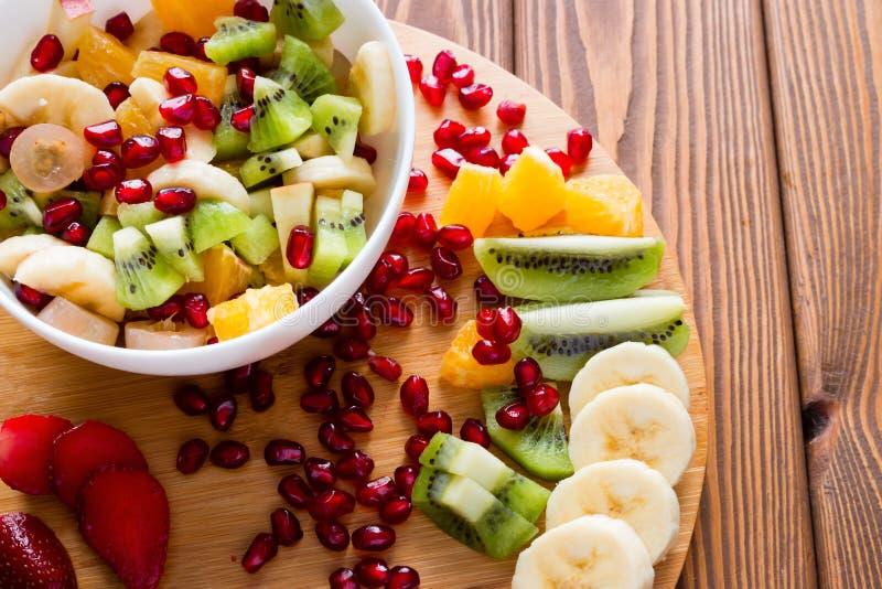 Ensalada de fruta en una tabla de cortar fotos de archivo
