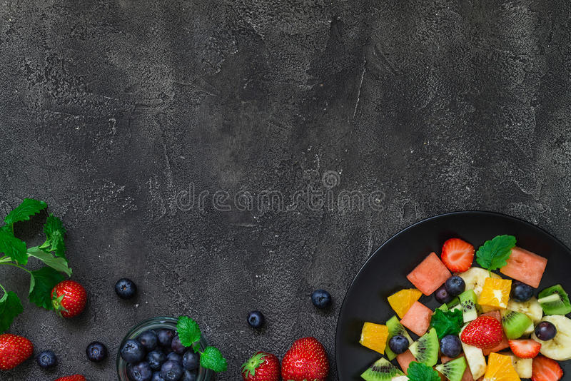 Ensalada de fruta fresca en fondo oscuro Visión superior, espacio de la copia imágenes de archivo libres de regalías