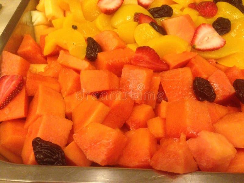 Ensalada de fruta fresca de mangos, de la papaya, y de bayas cortados en cuadritos imagen de archivo libre de regalías