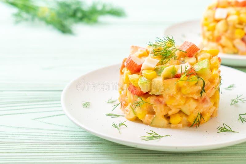 ensalada de fruta mezclada con el palillo del cangrejo (manzana, ma?z, papaya, pi?a imagen de archivo libre de regalías