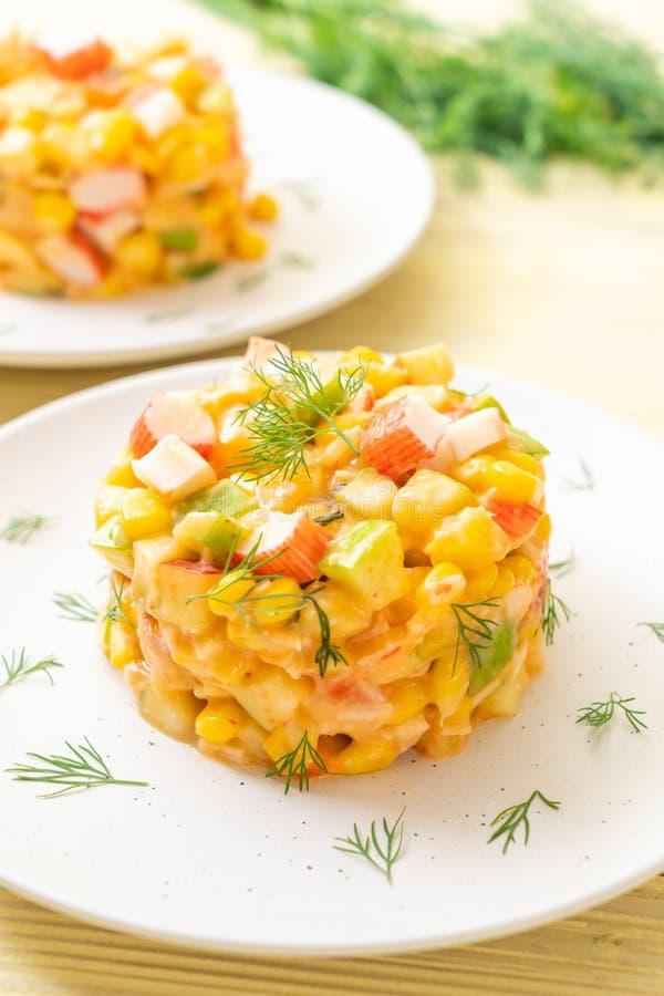 ensalada de fruta mezclada con el palillo del cangrejo (manzana, ma?z, papaya, pi?a imagenes de archivo