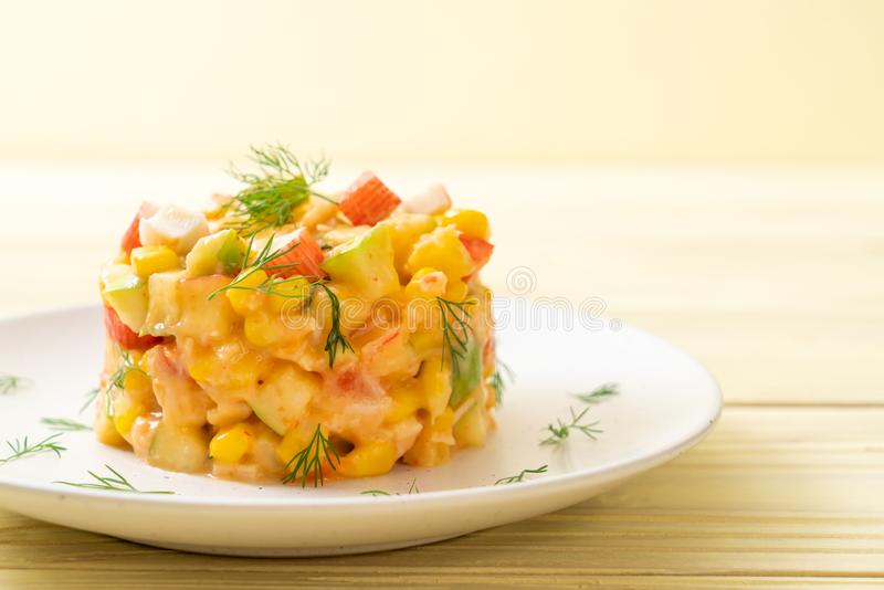 ensalada de fruta mezclada con el palillo del cangrejo (manzana, ma?z, papaya, pi?a imágenes de archivo libres de regalías