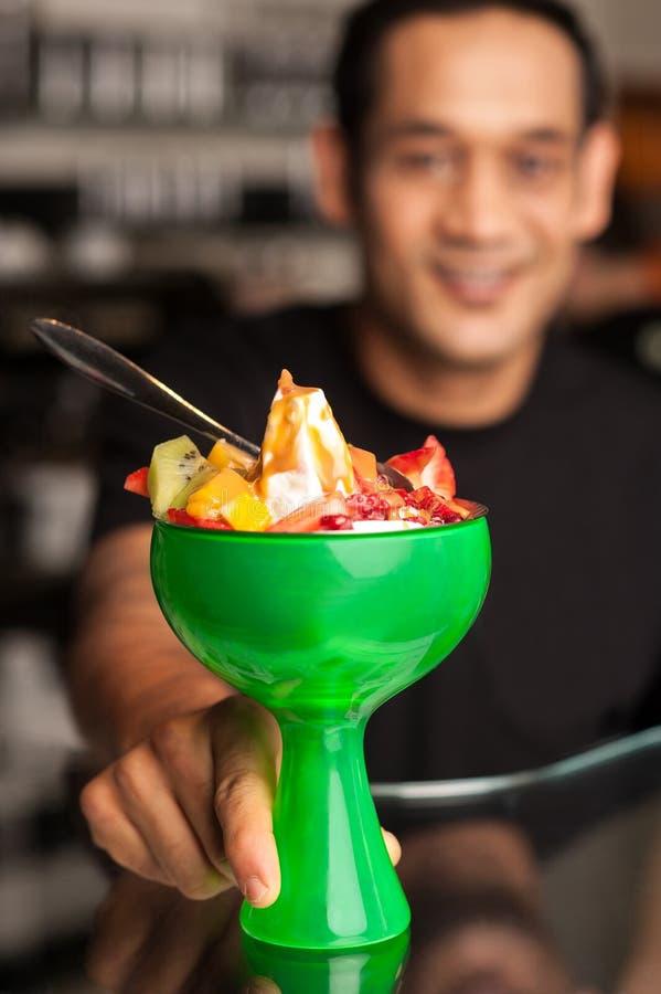 Ensalada de fruta servida en bol de vidrio presentable - Bol de vidrio ...