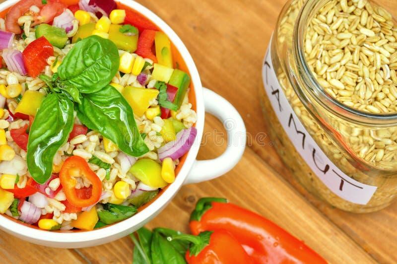 Ensalada de Kamut con las verduras frescas, crudas foto de archivo libre de regalías