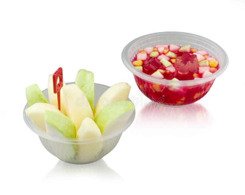 Ensalada de la fruta y de fruta de la jalea en el cuenco plástico en blanco imagen de archivo