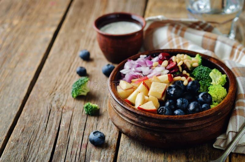 Ensalada de la manzana del arándano del bróculi con el dre griego de las semillas de amapola del yogur fotos de archivo
