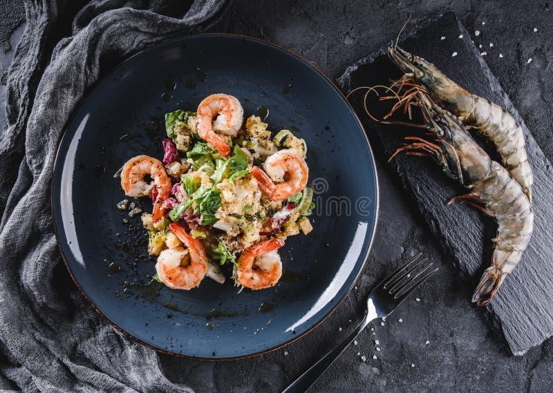 Ensalada de la quinoa con el camarón y verdes mezclados en cuencos sobre fondo gris La comida sana, limpia la consumición, adieta foto de archivo libre de regalías
