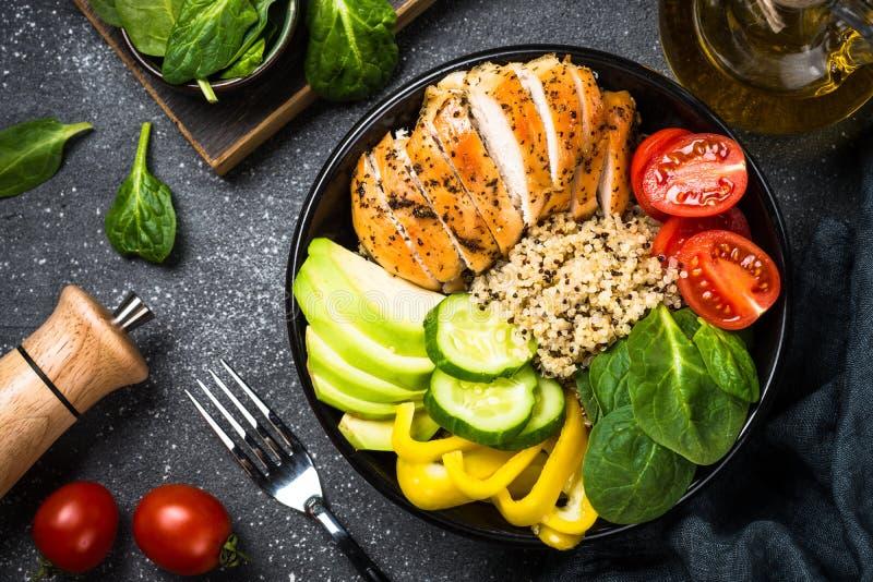 Ensalada de la quinoa del cuenco de Buda con el pollo y las verduras en negro fotografía de archivo libre de regalías