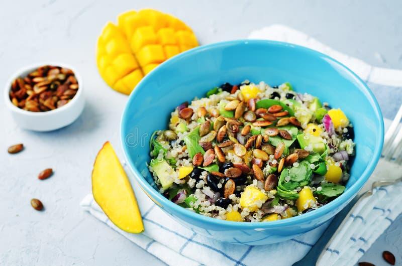 Ensalada de la quinoa de la semilla de calabaza del arugula de la alubia negra del mango imagen de archivo