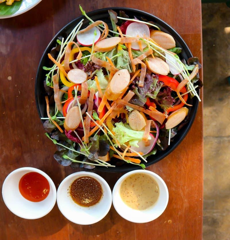 ensalada de la salchicha y de la verdura o ensalada mezclada fotos de archivo libres de regalías