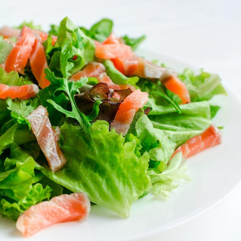 Ensalada de la verdura de hoja con el salmón ahumado fotos de archivo