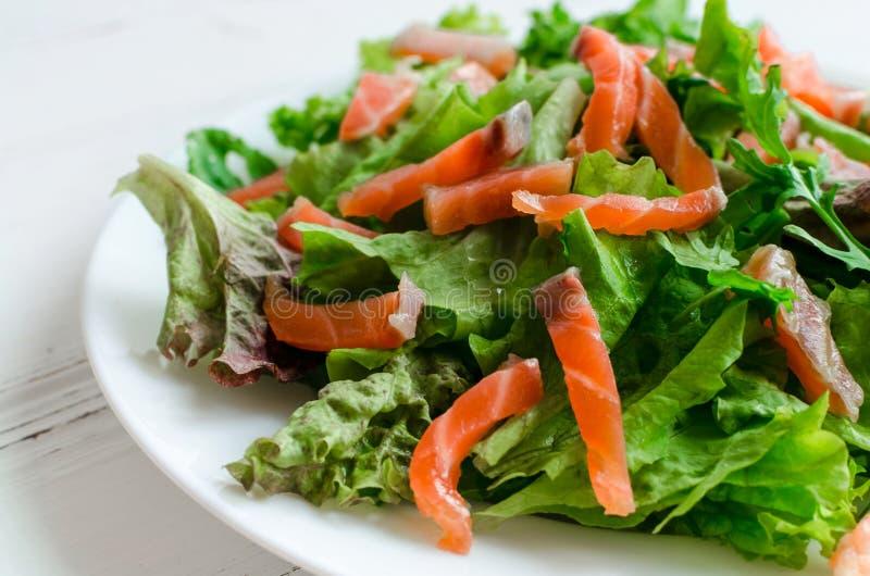 Ensalada de la verdura de hoja con el salmón ahumado imagenes de archivo