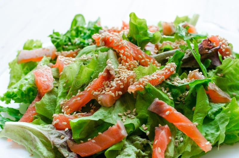 Ensalada de la verdura de hoja con el salmón ahumado fotografía de archivo libre de regalías