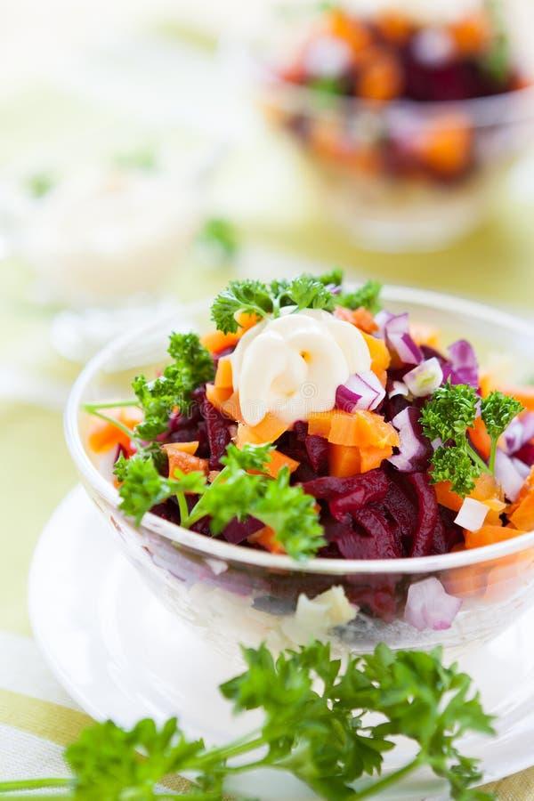 Ensalada de la zanahoria y de la remolacha con mayonesa ligera imágenes de archivo libres de regalías