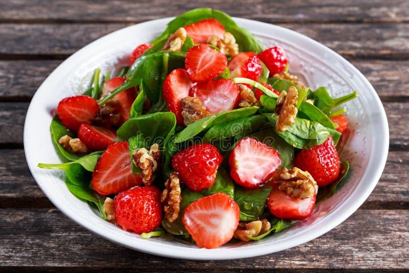 Ensalada de las nueces de la fresa de la espinaca del vegano de la fruta del verano comida sana de los conceptos fotografía de archivo