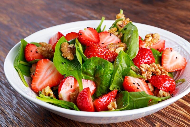 Ensalada de las nueces de la fresa de la espinaca del vegano de la fruta del verano comida sana de los conceptos imagen de archivo libre de regalías