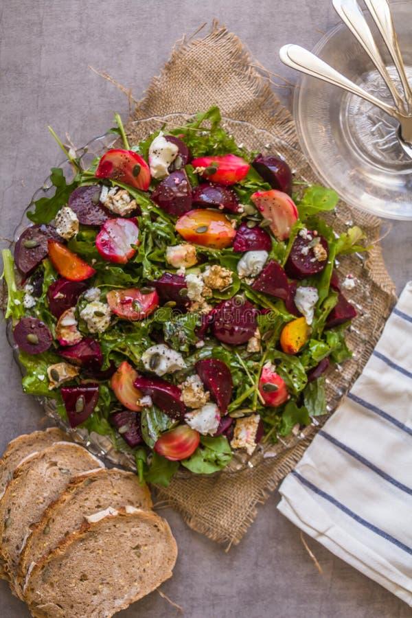 Ensalada de las remolachas y queso de cabra sanos, deliciosos en la variedad de ensalada mezclada fresca, adornada con las semill fotografía de archivo