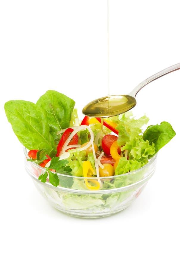 Ensalada de las verduras frescas con aceite de oliva foto de archivo libre de regalías