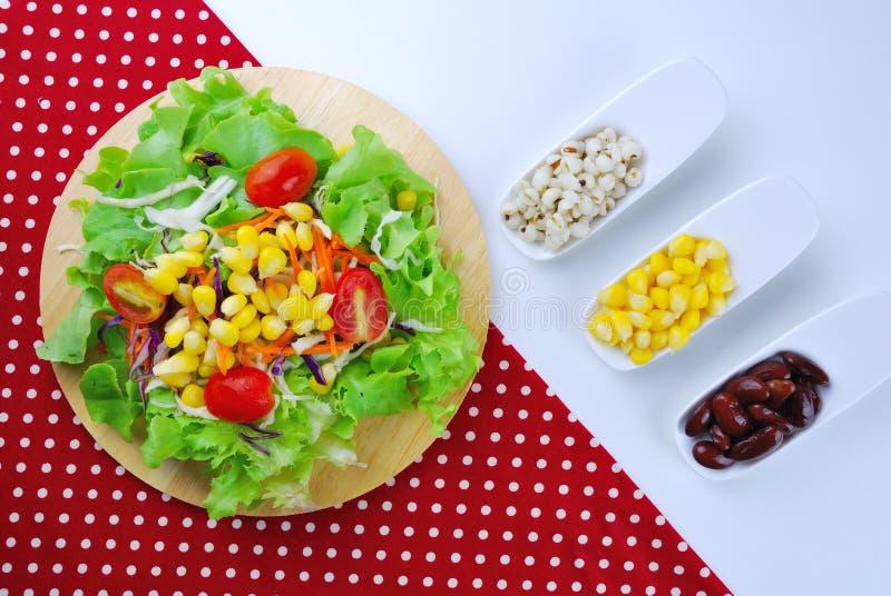 Ensalada de las verduras frescas con el maíz, zanahoria, tomate, roble verde, imagen de archivo