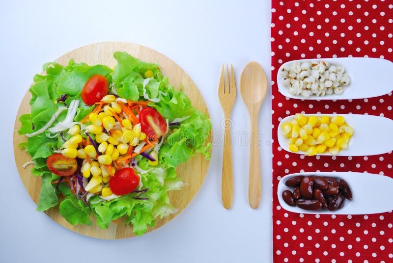 Ensalada de las verduras frescas con el maíz, zanahoria, tomate, roble verde, roble rojo, fotos de archivo libres de regalías
