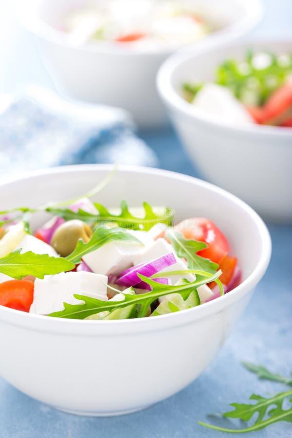 Ensalada de las verduras frescas con el queso feta y las aceitunas en el cuenco blanco fotos de archivo libres de regalías
