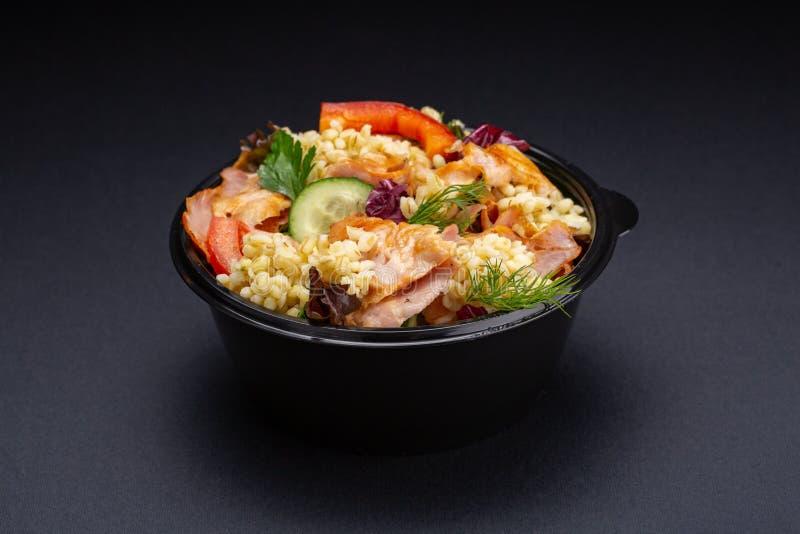 Ensalada de las verduras frescas con la pechuga de pollo asada a la parrilla - los tomates, los pepinos, el rábano y la lechuga d imagen de archivo