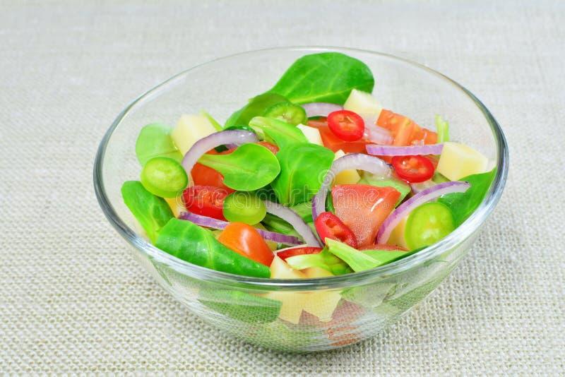 Ensalada de las verduras frescas en bol de vidrio foto de archivo