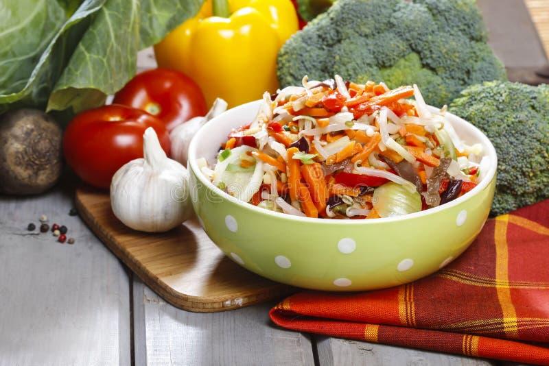 Ensalada de las verduras frescas en cuenco punteado verde imagen de archivo libre de regalías