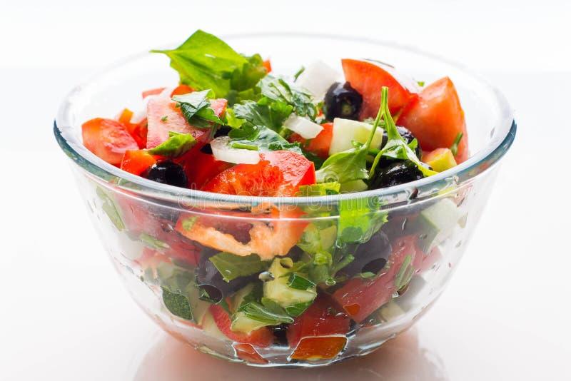 Ensalada de las verduras frescas en cuenco transparente foto de archivo libre de regalías