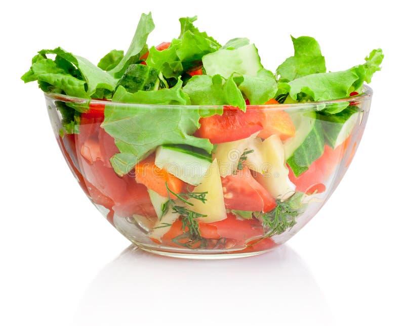 Ensalada de las verduras frescas en cuenco transparente en blanco imágenes de archivo libres de regalías