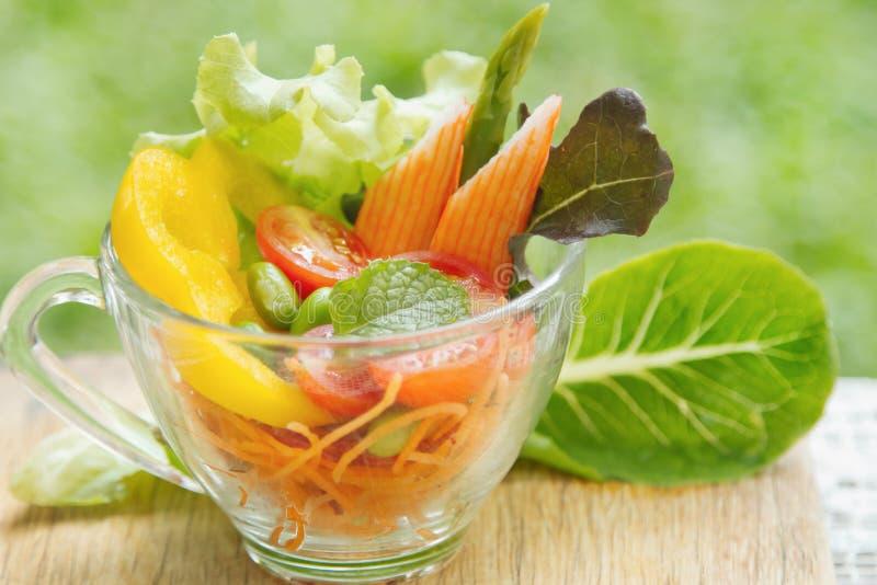 Ensalada de las verduras frescas en cuenco transparente fotos de archivo