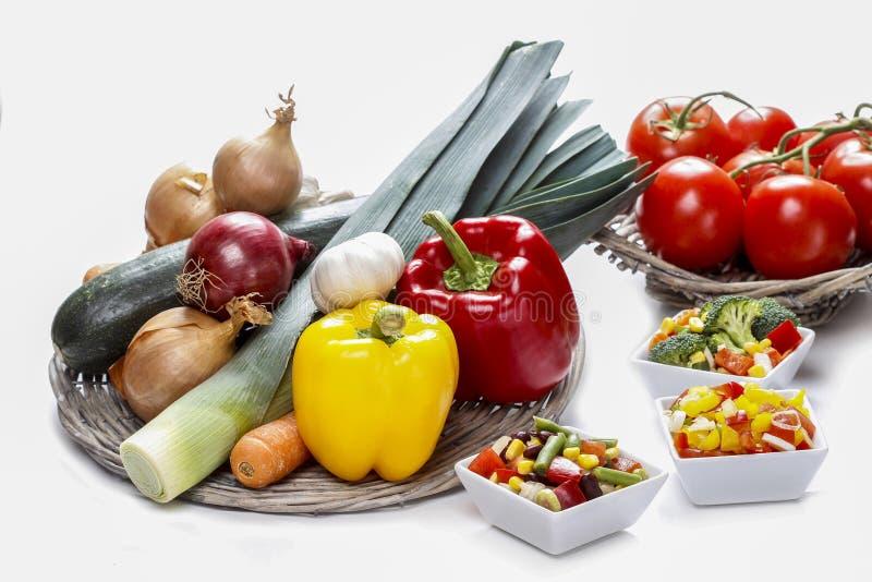 Ensalada de las verduras frescas en el cuenco blanco foto de archivo libre de regalías