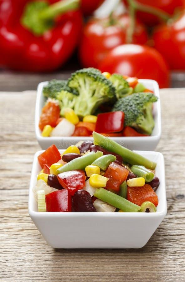 Ensalada de las verduras frescas en el cuenco blanco fotos de archivo libres de regalías