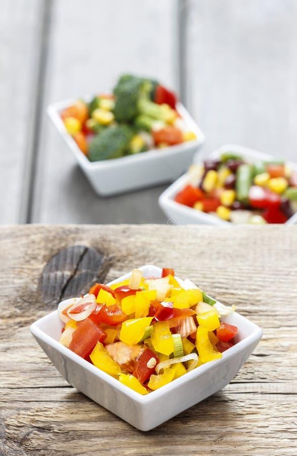 Ensalada de las verduras frescas en el cuenco blanco imagenes de archivo