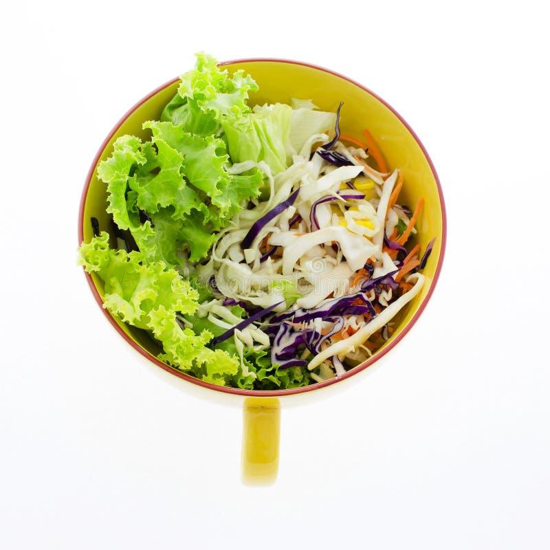 Ensalada de las verduras frescas en el cuenco transparente aislado en blanco imagen de archivo libre de regalías