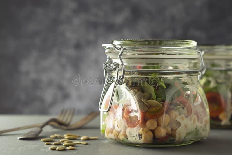 Ensalada de las verduras frescas en el tarro de cristal Dieta, detox, consumici?n limpia y concepto vegetariano, espacio de la co foto de archivo libre de regalías