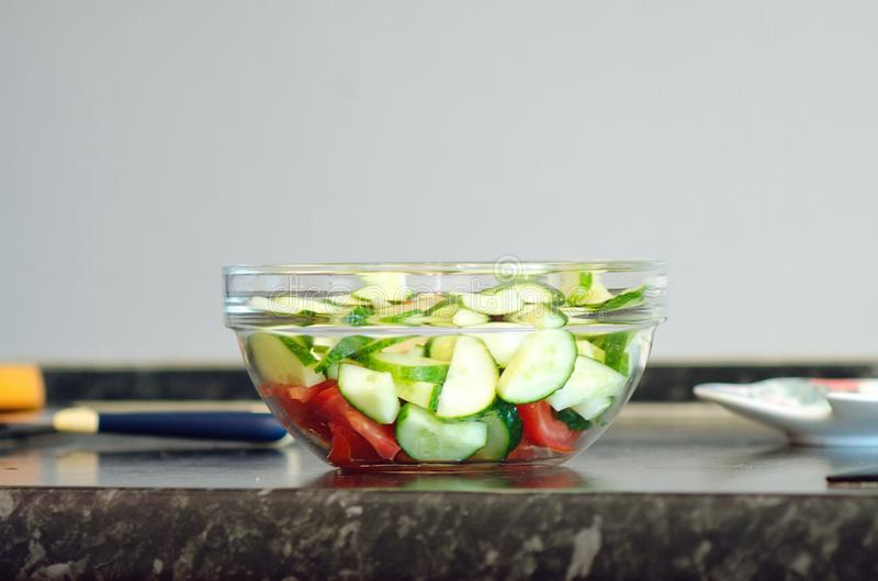 Ensalada de las verduras frescas en un bol de vidrio fotos de archivo