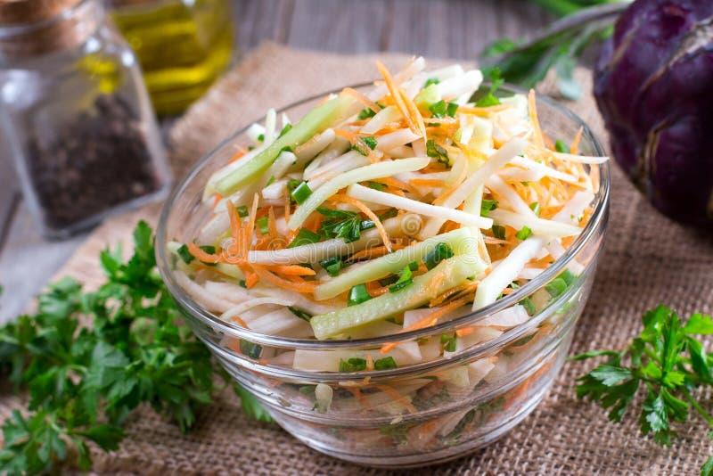 Ensalada de las verduras frescas en un bol de vidrio Consumición sana fotografía de archivo