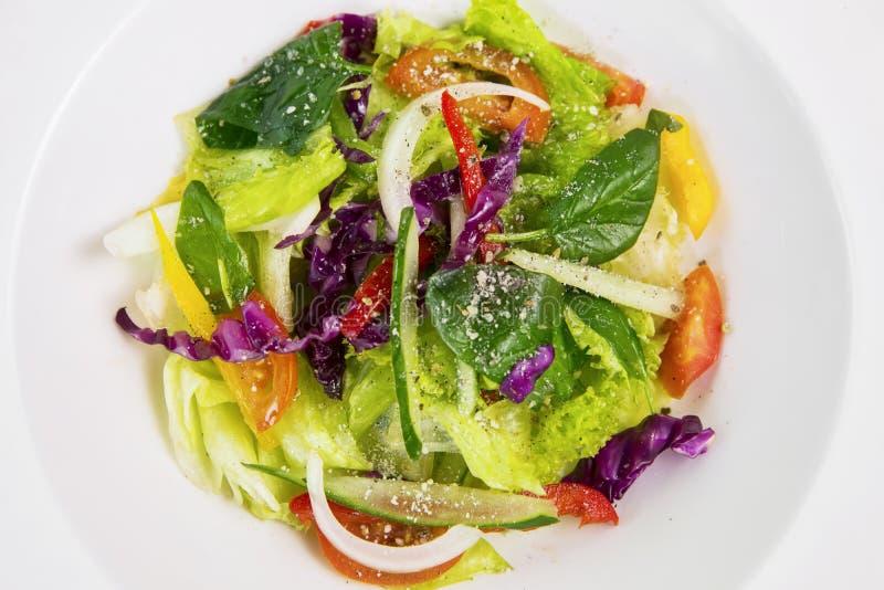 Ensalada de las verduras frescas en una placa fotos de archivo