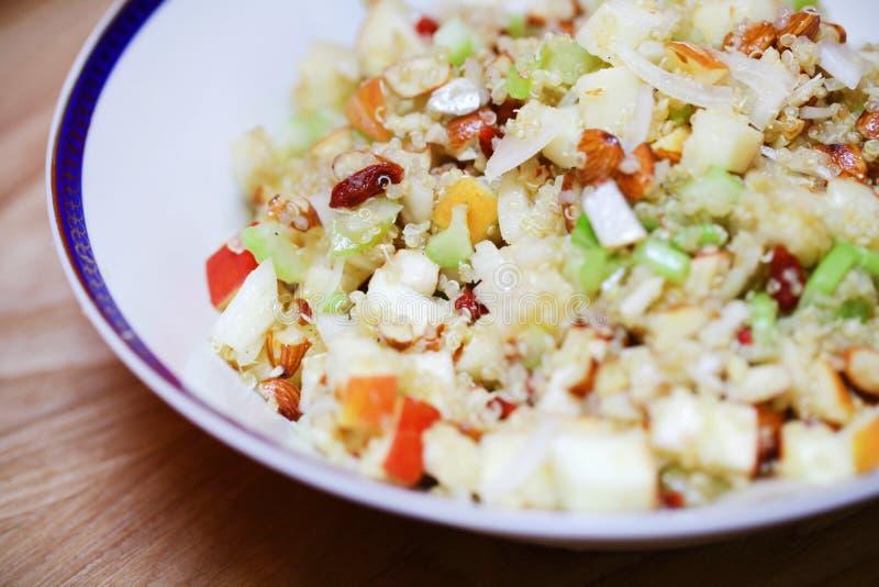 Ensalada de los granos de la quinoa con las bayas del apio, de la manzana y del goji imagen de archivo