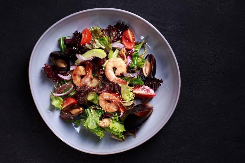 Ensalada de los mariscos, comida mediterránea, menú del restaurante fotos de archivo libres de regalías