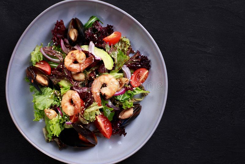 Ensalada de los mariscos, comida mediterránea, menú del restaurante imagen de archivo