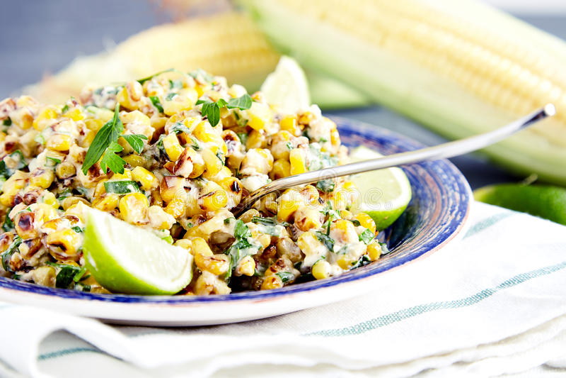 Ensalada de maíz mexicana hecha en casa imagenes de archivo