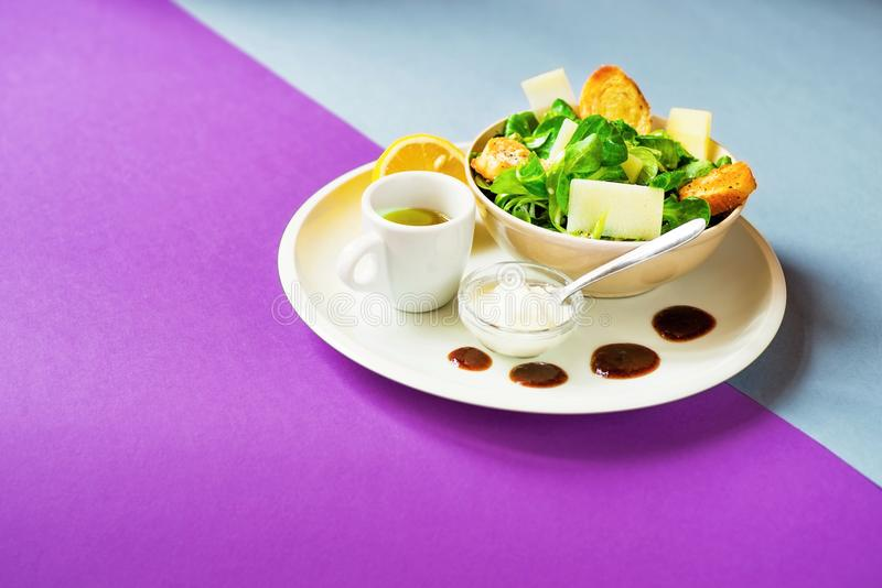 Ensalada de maíz, queso, yogur, aceite de oliva fotografía de archivo libre de regalías