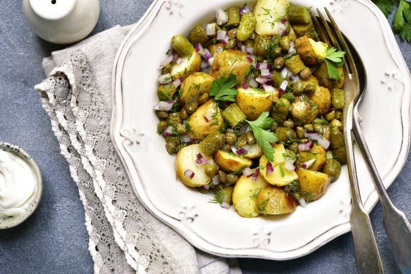 Ensalada de nueva patata del otoño con la verdura conservada en vinagre y verdes top VI fotos de archivo libres de regalías