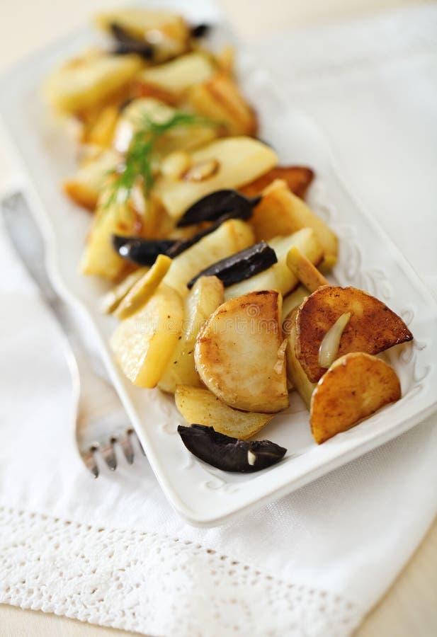 Ensalada de patata con las aceitunas, cebolla imagen de archivo libre de regalías