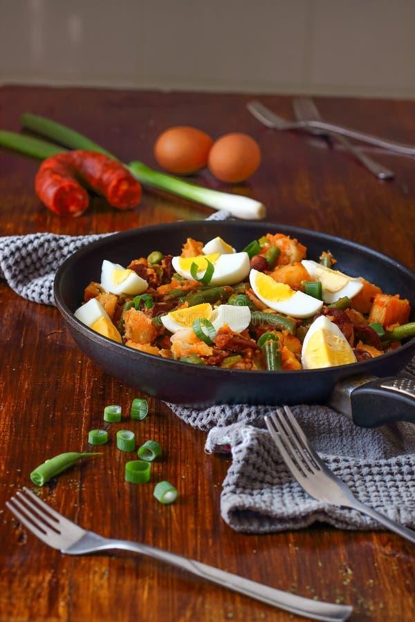 Ensalada de patata española con las habas y los huevos imagenes de archivo