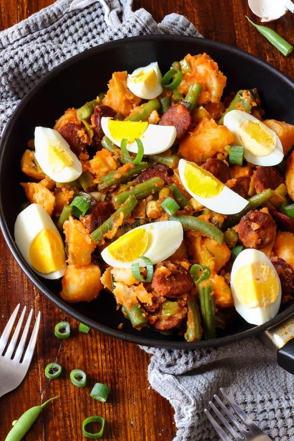 Ensalada de patata española con las habas y los huevos fotografía de archivo