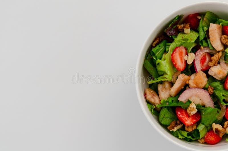 Ensalada de pollo fresca con las fresas en el fondo blanco fotos de archivo libres de regalías